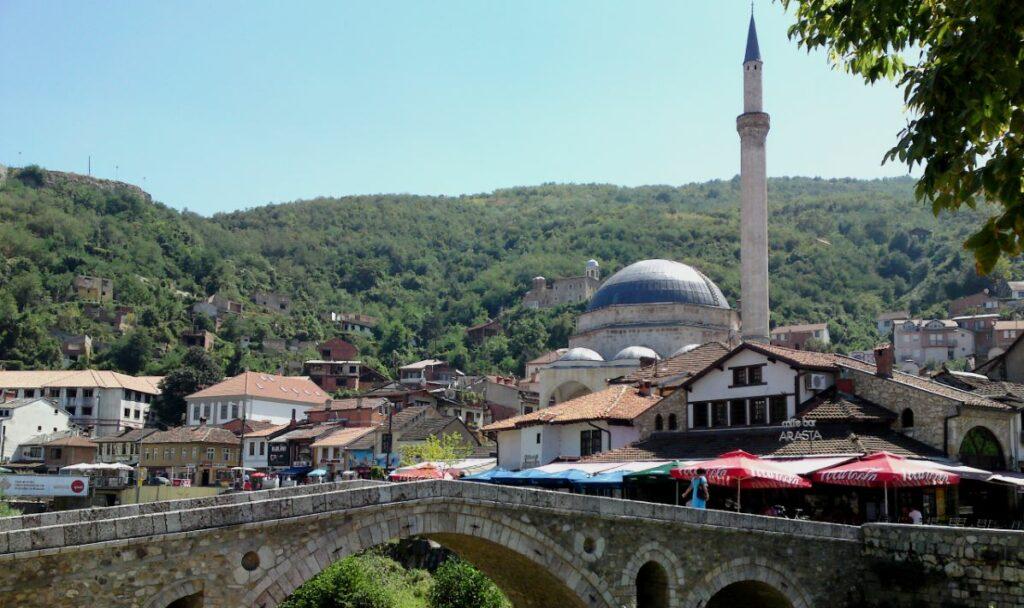 Man sieht die alte Brücke und die Moschee von Prizren im Kosovo
